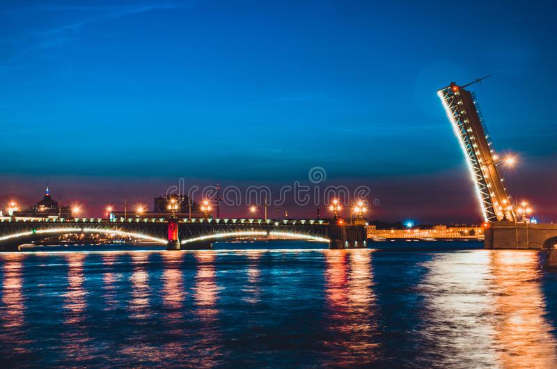 Un puente levadizo de St Petersburg en la noche fotos de archivo