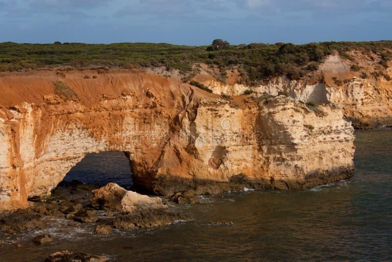 Un puente natural en la costa en la bahía de las islas en el gran camino del océano en Australia imagen de archivo libre de regalías