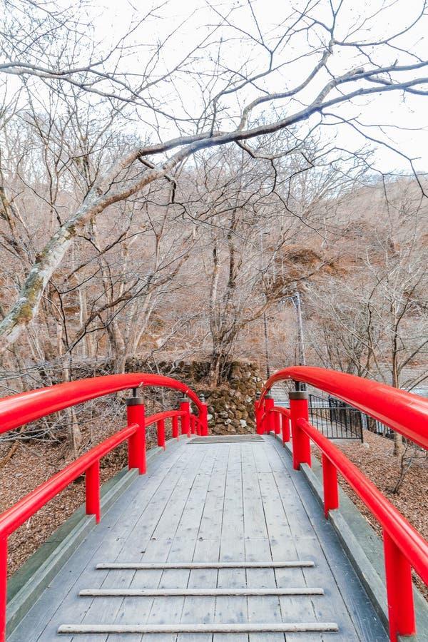 Un puente rojo en Ikaho Onsen el otoño es un locat de la ciudad de las aguas termales foto de archivo libre de regalías