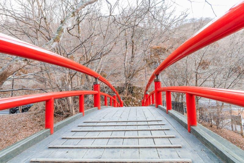 Un puente rojo en Ikaho Onsen el otoño es un locat de la ciudad de las aguas termales fotografía de archivo