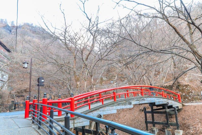 Un puente rojo en Ikaho Onsen el otoño es un locat de la ciudad de las aguas termales imagen de archivo
