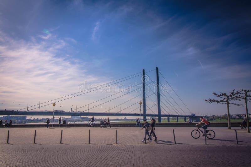 Un puente sobre el Rin en Düsseldorf imagenes de archivo