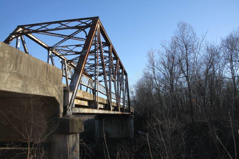 Un puente viejo sobre una pequeña cala imagenes de archivo