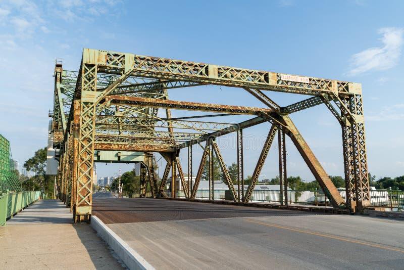 Un puente voladizo sobre un canal imagen de archivo libre de regalías