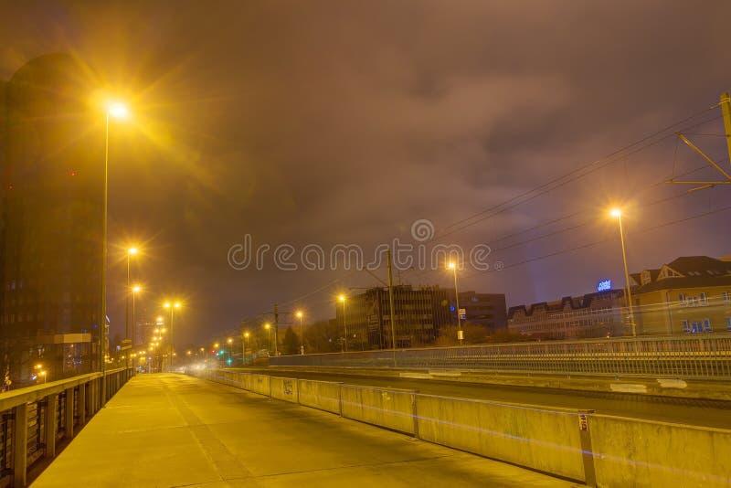 Download Un Puente Y Un Camino En La Noche Con Las Luces Brillantes En Ambos Lados Imagen editorial - Imagen de lámparas, alto: 64202500