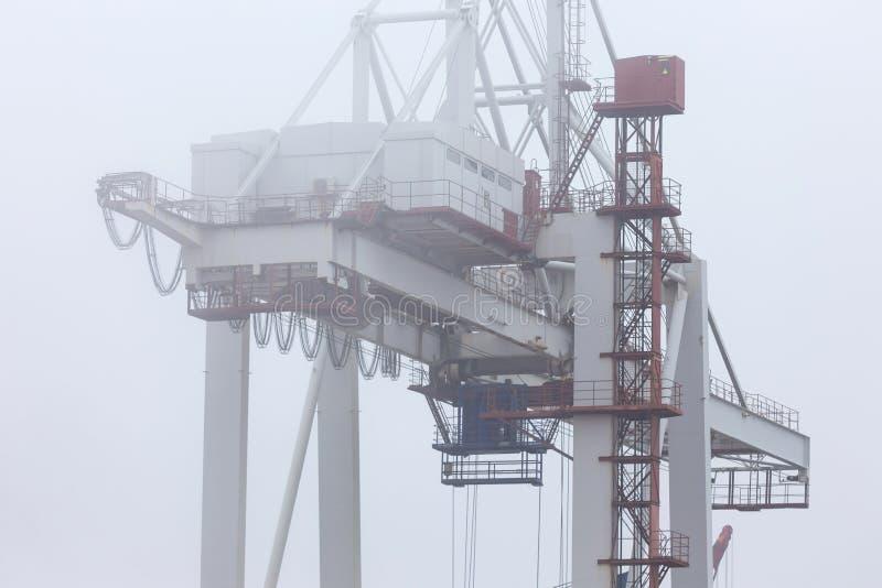 Un puerto del envase en fondo de la niebla imagen de archivo