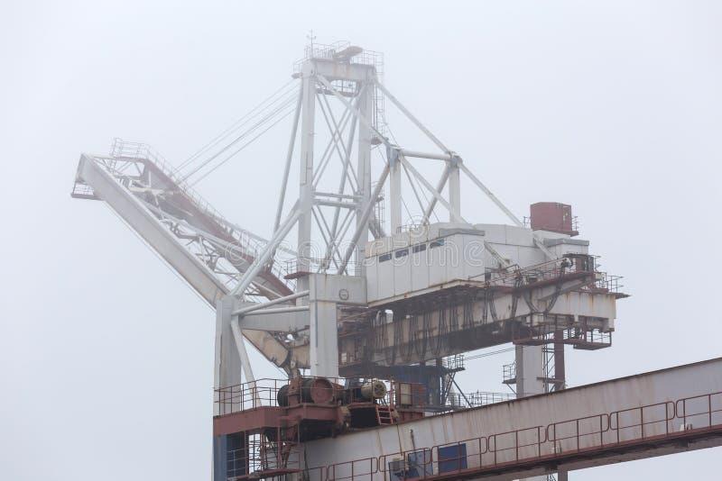 Un puerto del envase en fondo de la niebla fotos de archivo libres de regalías