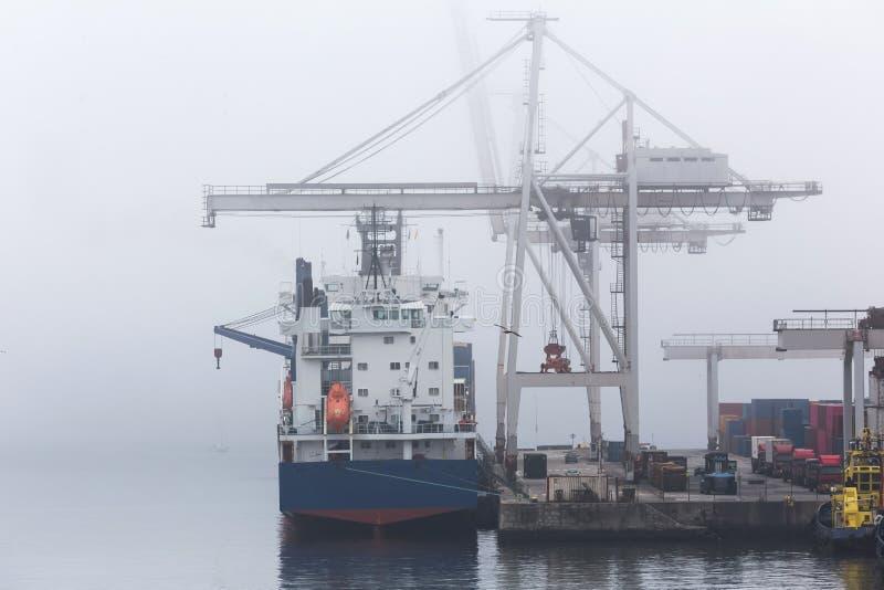 Un puerto del envase en fondo de la niebla fotografía de archivo