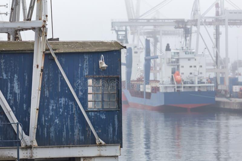 Un puerto del envase en fondo de la niebla fotografía de archivo libre de regalías