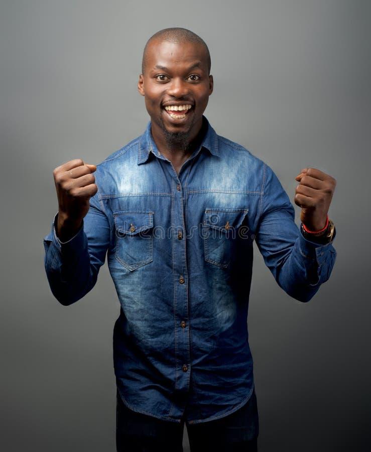Un pugno africano dell'uomo che pompa nella gioia fotografia stock