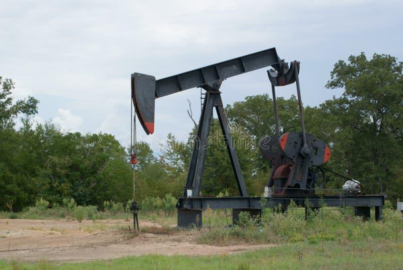 Un puits de pétrole fonctionnant Derrick In East Texas images stock
