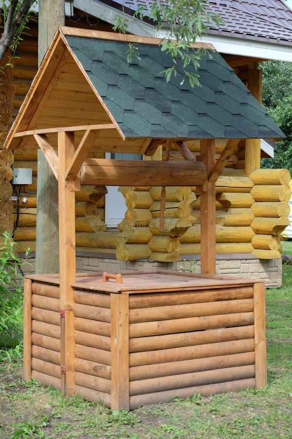 Un puits en bois image stock image du logs wooden for Objet en palette en bois