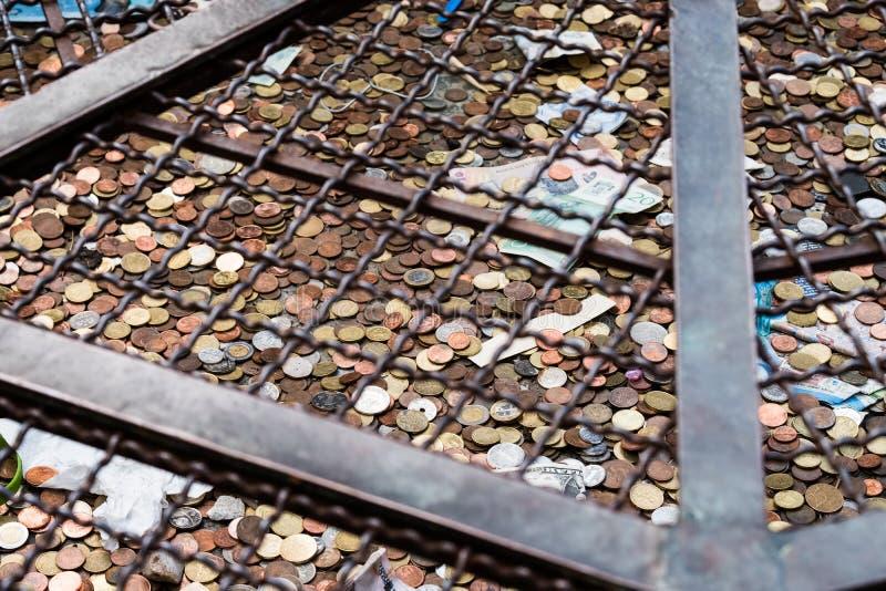 Un puits sec médiéval à San Gimignano, Toscane photographie stock