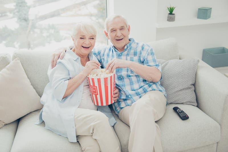 Un punto di vista di cui sopra dell'angolo alto di due coniugi positivi di buon umore allegri attraenti piacevoli divertendosi sp fotografie stock