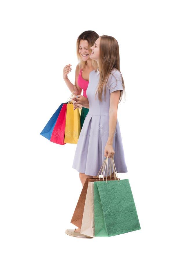 Un punto di vista di Sdie di due donne di camminata con i sacchetti della spesa fotografia stock