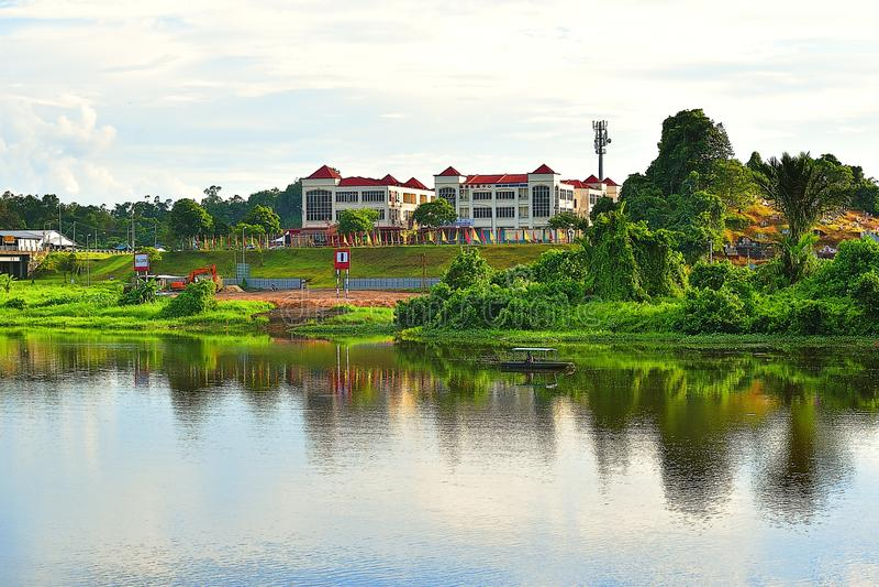 Un punto di vista scenico di Batu Kawa River In Kuching, Sarawak che affronta le costruzioni moderne ed i cimiteri cinesi fotografia stock