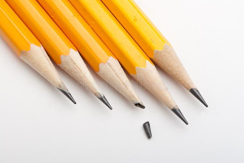 Un punto rotto fra le matite marcate immagini stock