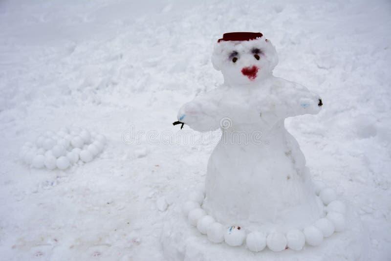 Un pupazzo di neve brutto terribile ha scolpito dalla neve immagini stock