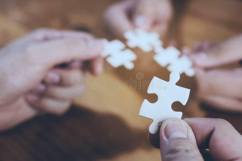 Un un puzzle blanc étant focalisé et des trois différents étant tache floue au fond photos stock