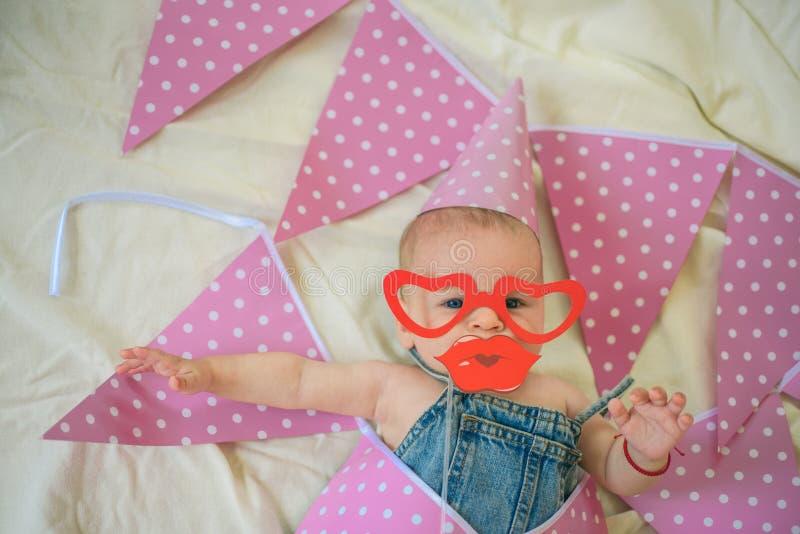 Un qué juguete interesante Felicidad de la niñez Retrato del pequeño niño feliz Familia Cuidado de niños El día de los niños pequ imagenes de archivo