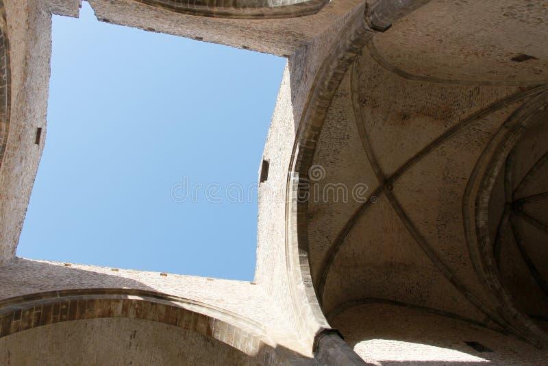 Un quadrato di cielo blu visto attraverso il tetto fotografia stock libera da diritti