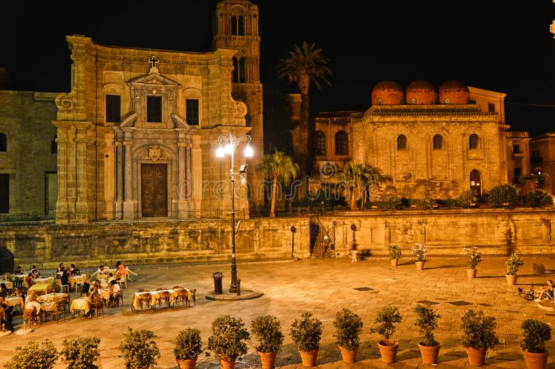 Un quadrato a Palermo su una sera di estate immagine stock libera da diritti