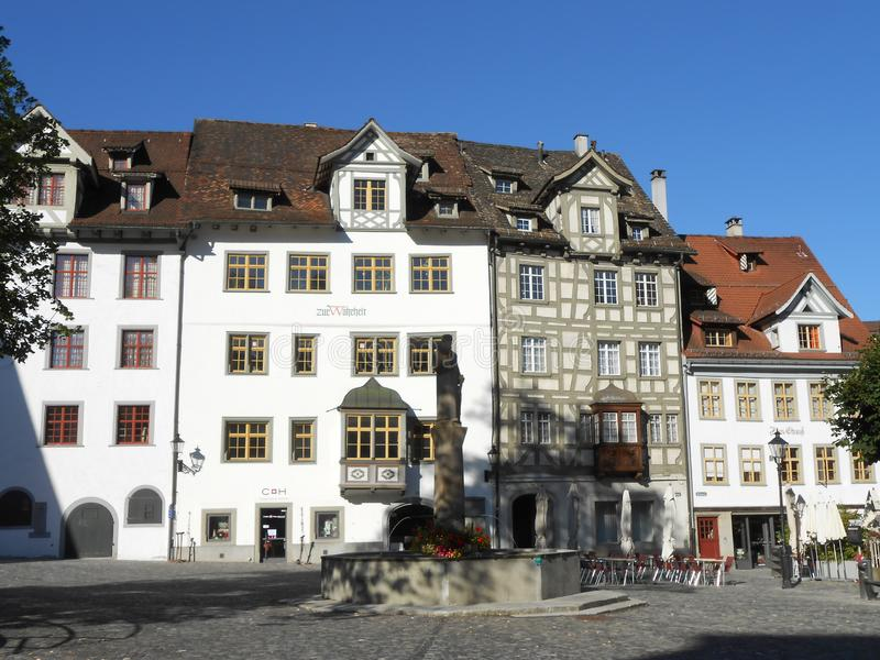 Un quadrato in Sankt Gallen con le vecchie costruzioni tipiche fotografia stock