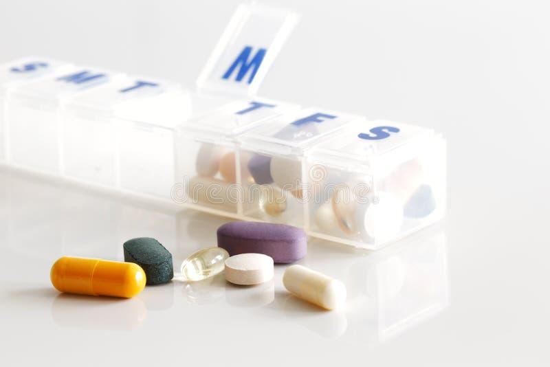 Un récipient hebdomadaire de comprimés, de vitamines etc. photographie stock