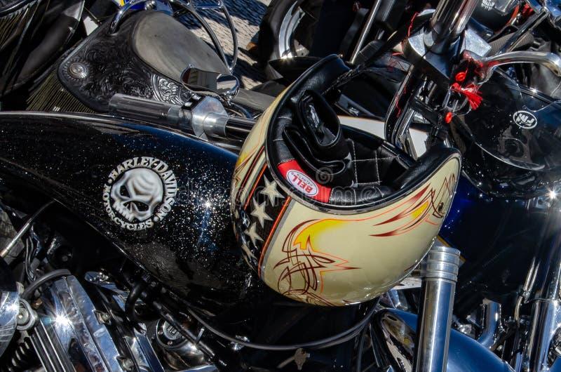 Un réservoir de carburant de motorcyle de Harley Davidson et un casque de cavaliers image stock