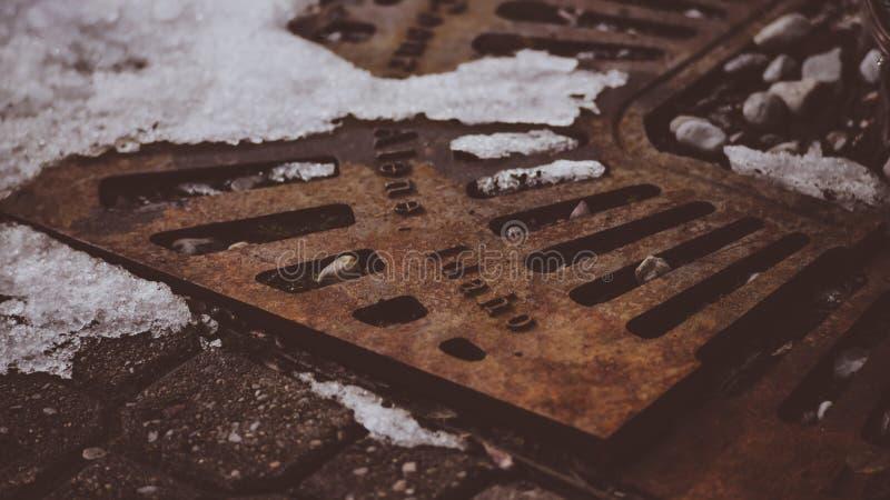 Un rétro vintage semblant la couverture végétale en acier sur la rue du ` Alene Idaho de Coeur d image stock