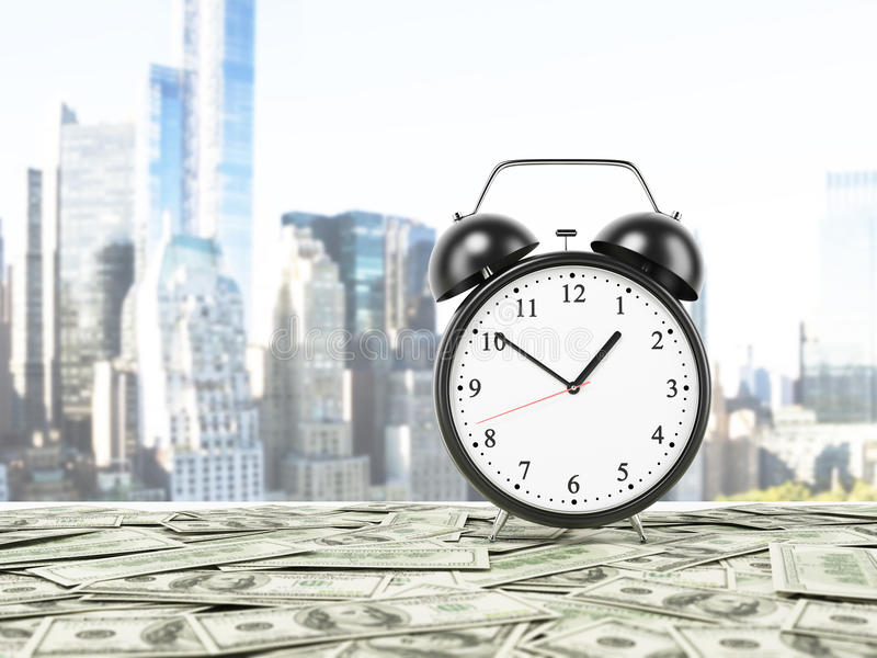 Un réveil est arrangé sur la surface qui est couverte par des notes du dollar photos stock