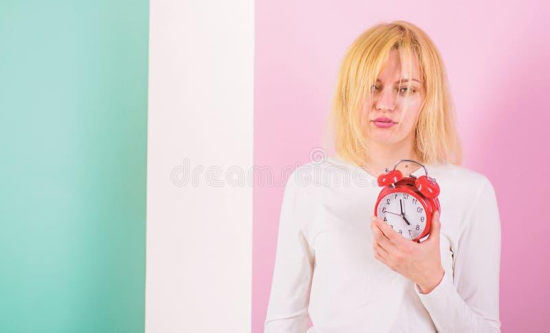 Un réveil plus terrible Manque du mauvais de sommeil pour la santé Effets secondaires dormants trop longtemps trop de sommeil néf photographie stock