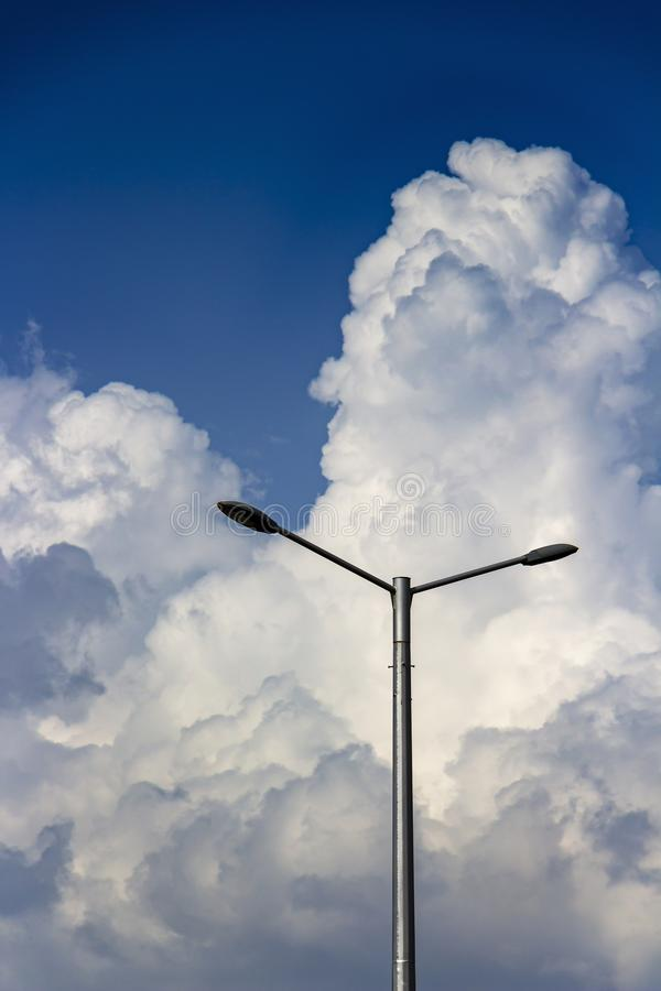 Un réverbère contre les cumulus géants à Sofia, Bulgarie image libre de droits