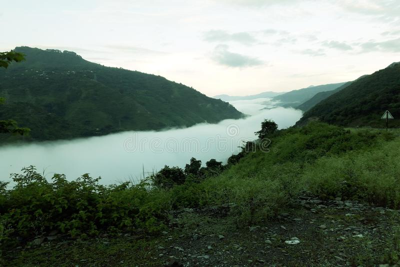 Un río de nubes Entre un valle fotografía de archivo libre de regalías