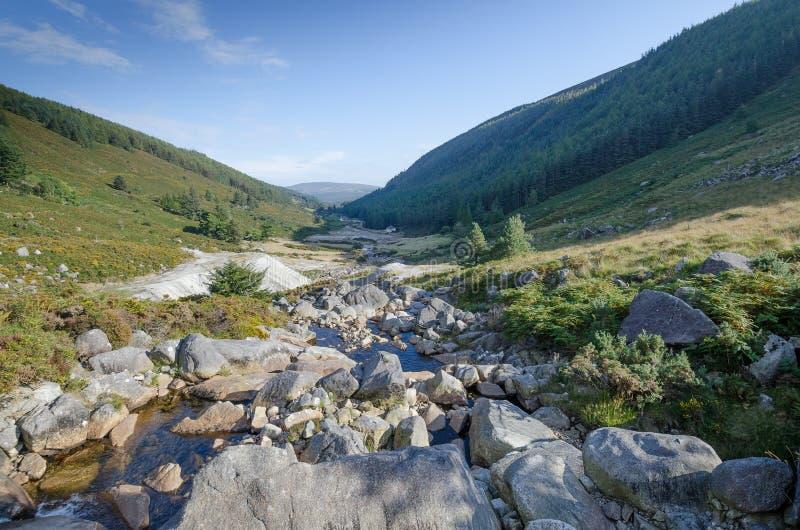 Un río en las montañas irlandesas fotos de archivo