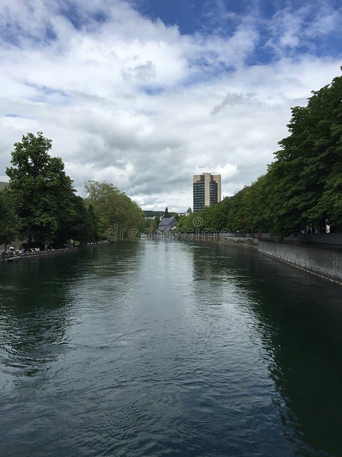 Un río en Zurich imagen de archivo