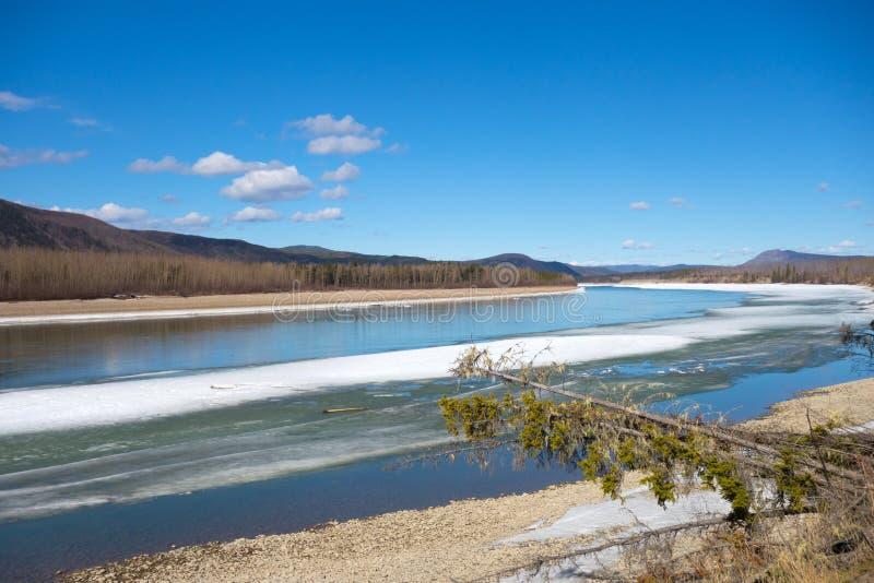 Un río que deshiela en Columbia Británica septentrional foto de archivo libre de regalías