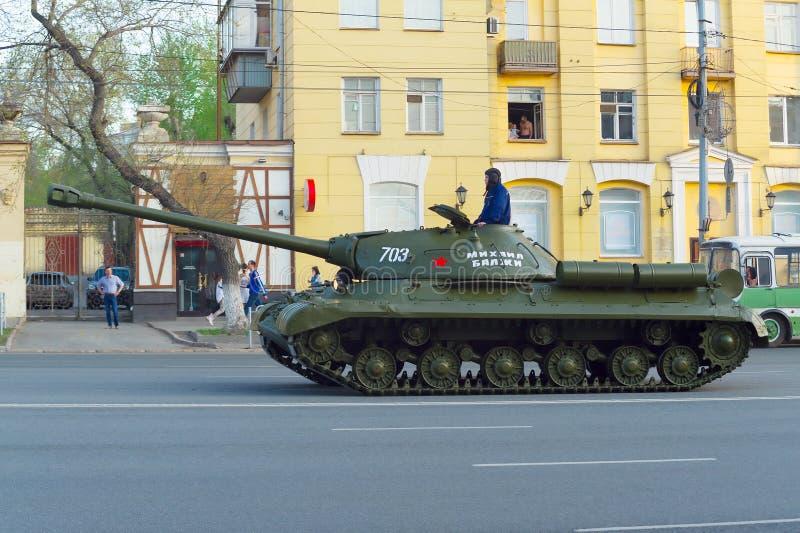 Un r?servoir IS-2 a appel? Mikhail Balzhi conduit le long de l'avenue de L?nine Vue de profil images libres de droits