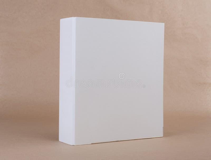 Un raccoglitore di anello bianco su fondo beige fotografie stock