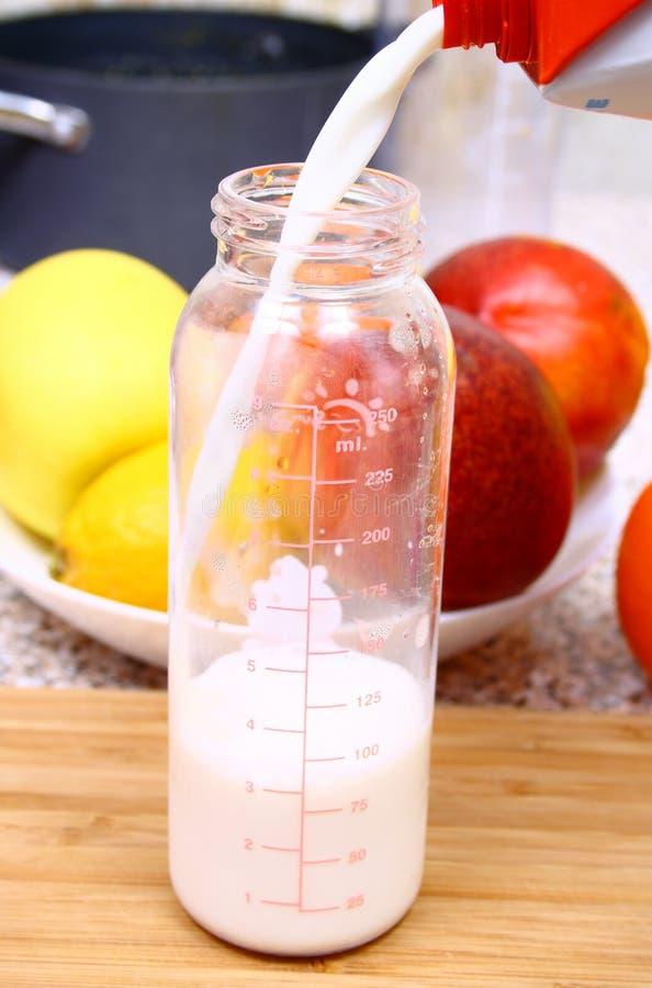 Un raccord de chéri avec du lait images stock