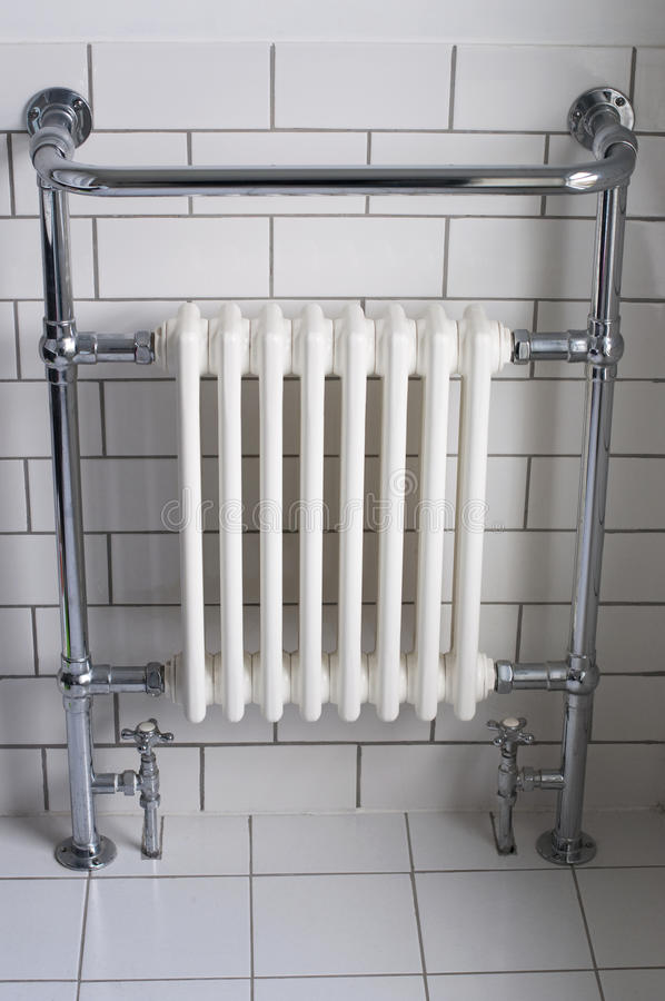 Un radiateur de salle de bains de chrome photos libres de droits