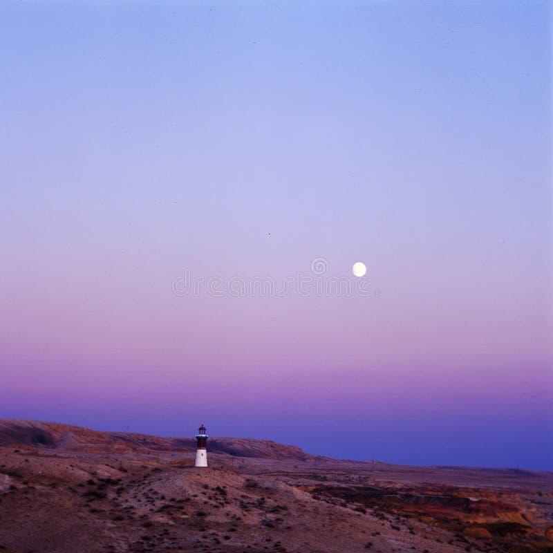 Un radiophare dans le temps de coucher du soleil photos stock