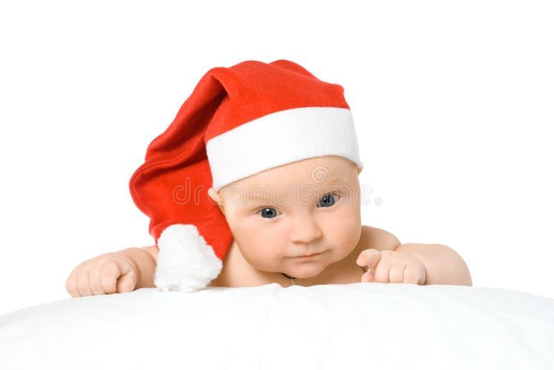 Un ragazzino in cappelli di natale. fotografia stock libera da diritti