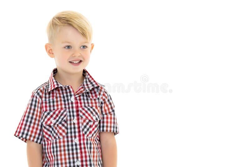 Un ragazzino carino in camicia e pantaloncini immagini stock