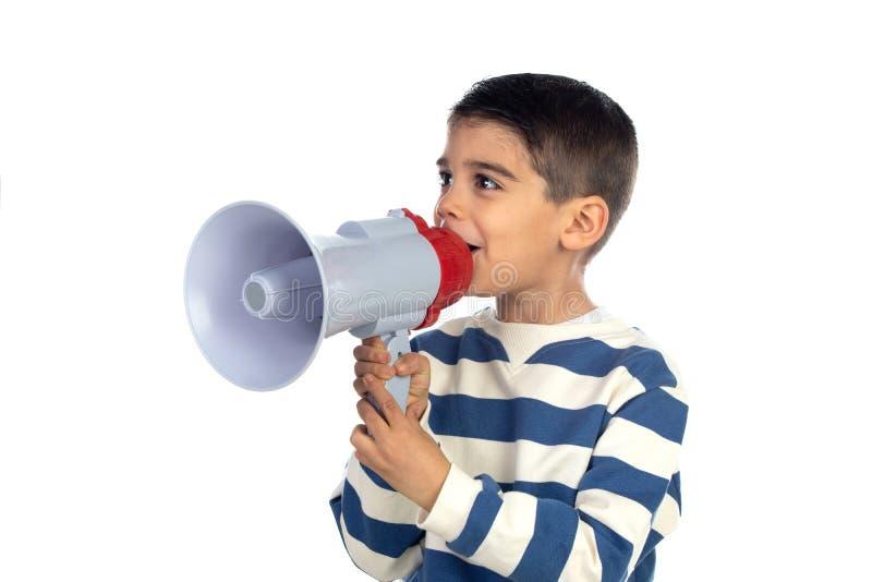 Un ragazzino che grida attraverso un megafono fotografia stock libera da diritti