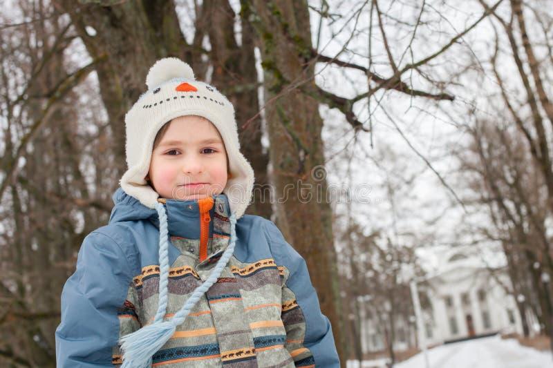 Un ragazzino nel parco di inverno immagine stock libera da diritti