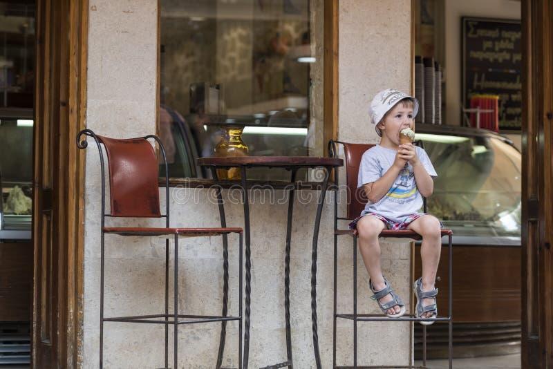 Un ragazzo con il gelato immagini stock libere da diritti