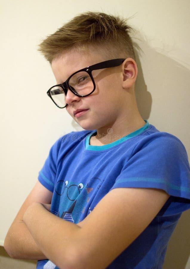 Un ragazzo con uno sguardo abile fotografie stock libere da diritti