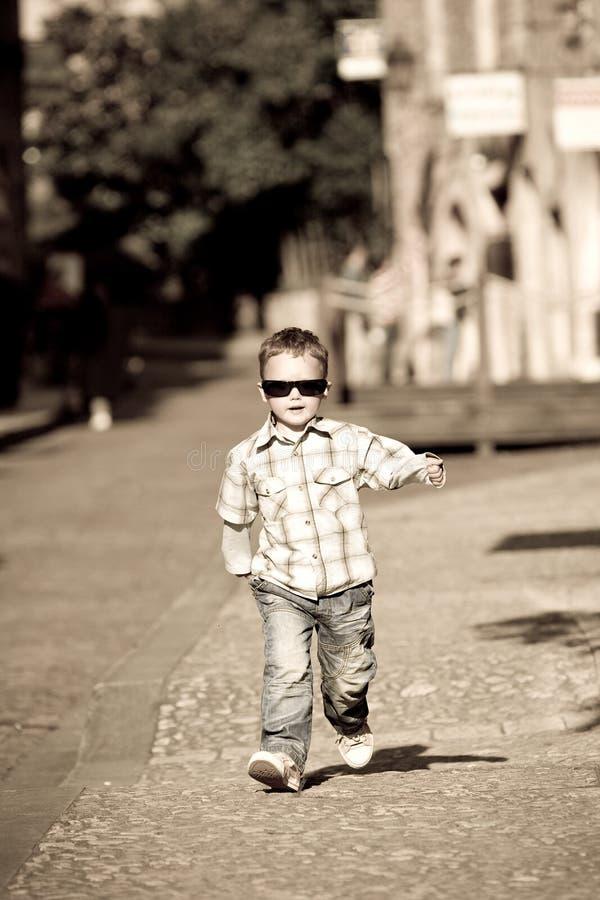 Un ragazzo dei giovani struts la sua materia fotografie stock