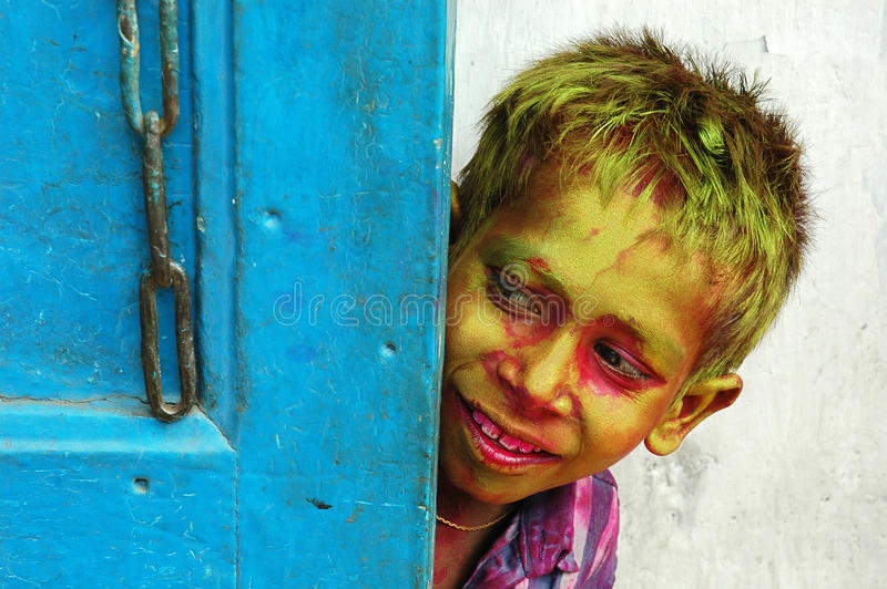 Un ragazzo di bassifondi durante il festival di Holi fotografia stock libera da diritti